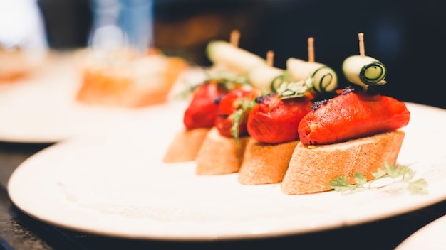 Plato de primer plano con sándwiches abiertos Foto gratis