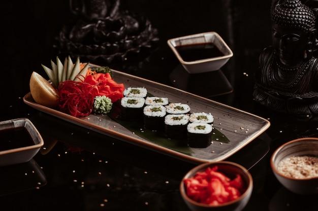 Plato de rollos de sushi con aperitivos. Foto gratis