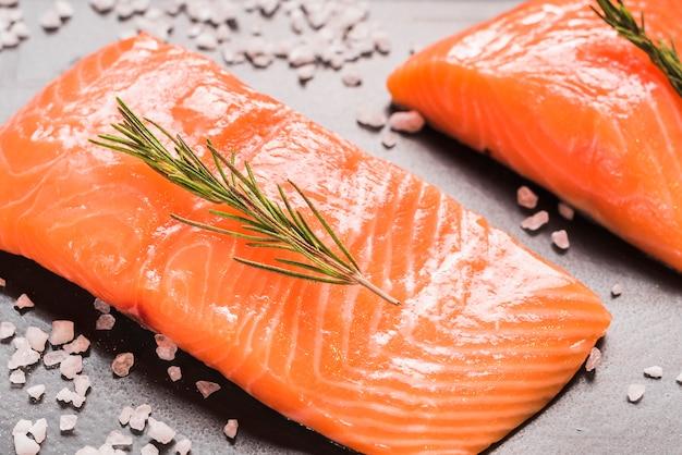 Plato de salmón con hierbas y especias Foto gratis