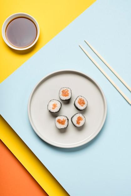 Plato de sushi japonés y salsa de soja Foto gratis