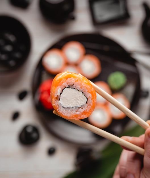 Plato de sushi con rollos de sushi Foto gratis