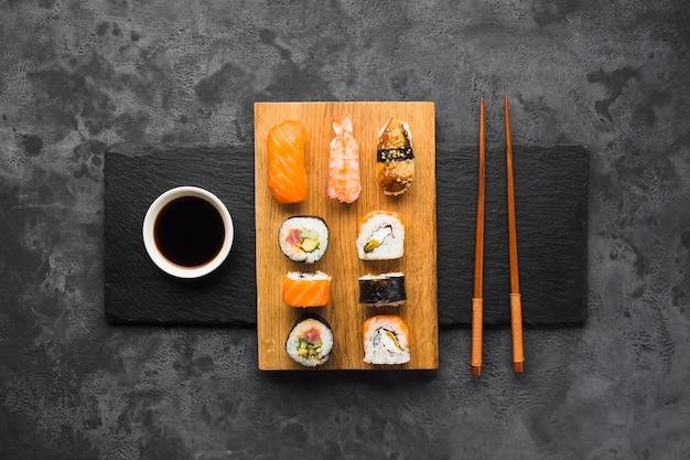 Plato de sushi vista superior sobre fondo de pizarra Foto gratis