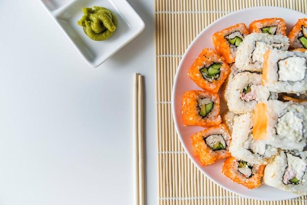Plato de sushi vista superior con wasabi Foto gratis