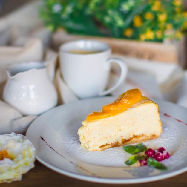 Un plato de tarta de queso adornado con rodajas de albaricoque Foto gratis