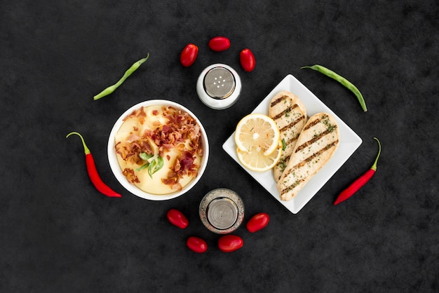 Platos deliciosos con verduras y especias. Foto gratis