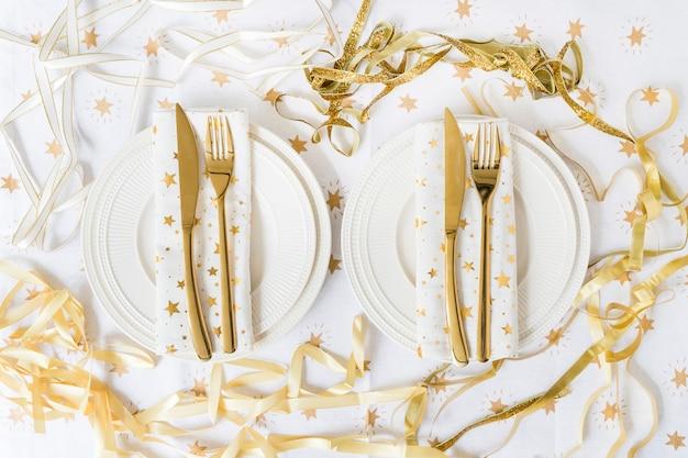 Platos con tenedor y cuchillo en mesa. Foto gratis