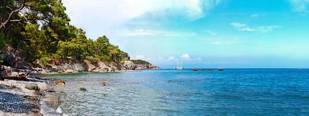 Playa de antalya con mar mediterráneo en turquía Foto Premium
