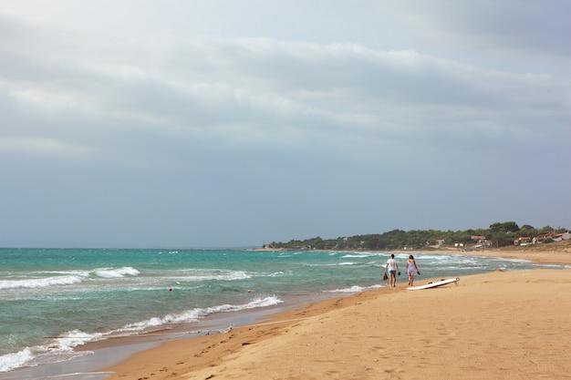 3aa77566 Playa arenosa de la opinión del mar del verano, ondas en día soleado ...