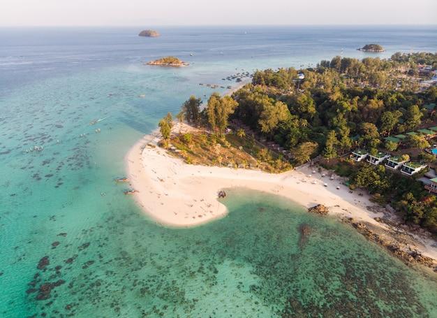 Playa karma blanca en el mar tropical esmeralda en la isla de lipe Foto Premium