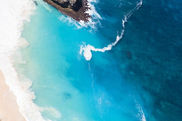 Playa de kelingking en la isla de nusa penida en el fondo de indonesia Foto Premium