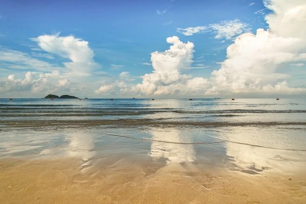 Playa y mar tropical Foto Premium