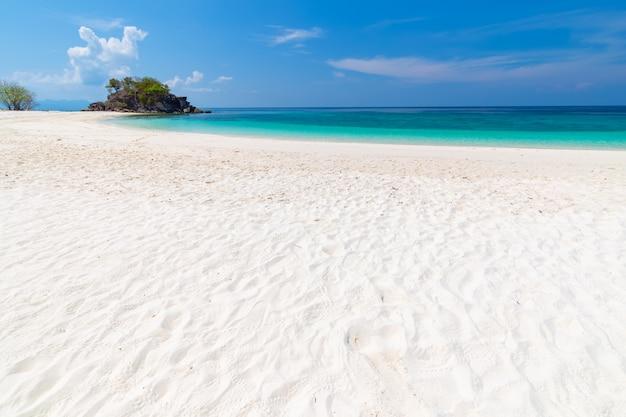 Playa paradisíaca y el cielo azul en la isla khai en la provincia de satun, tailandia Foto Premium