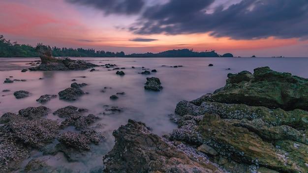 Playa de piedra del mar al amanecer Foto Premium