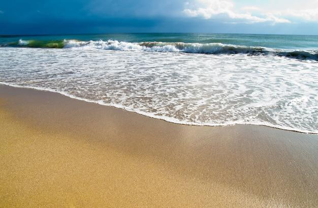 Playa tropical al atardecer hermoso Foto Premium