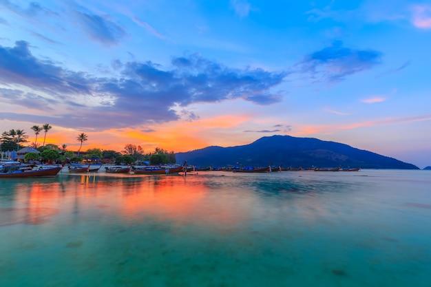 Playa tropical hermosa en la playa de la salida del sol, isla de koh lipe, satun, tailandia Foto Premium