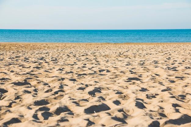Playa vacía cerca del mar Foto gratis