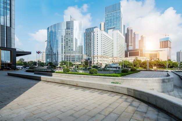 Plaza vacía y moderno edificio de oficinas, qingdao, china Foto Premium
