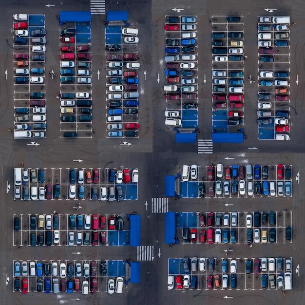 Plaza vista aérea superior estacionamiento coches. los autos con vista superior del estacionamiento están estacionados en un estacionamiento abierto cerca de los mercados. Foto Premium