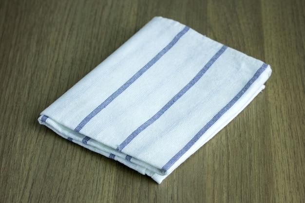 Plegado servilleta en la mesa de madera Foto gratis