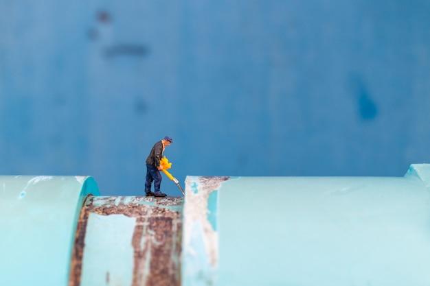 Los plomeros que trabajan instalan tuberías de agua y verifican daños en las máquinas de bombeo de agua Foto Premium