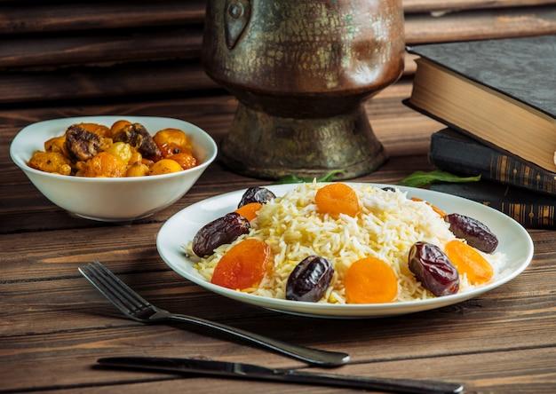 Plov de arroz con dátiles y frutos secos. Foto gratis