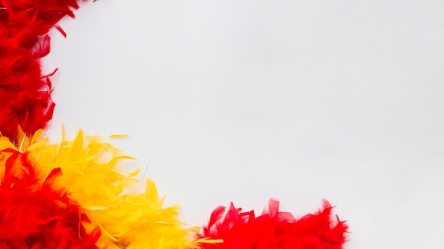 Plumas coloridas de primer plano con espacio de copia Foto gratis