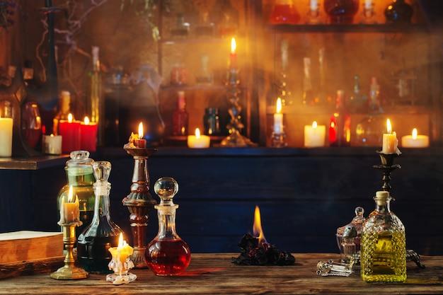 Pociones mágicas en botellas en mesa de madera Foto Premium