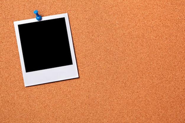 Polaroid en un tabl n de noticias de corcho descargar for Tablon de corcho grande