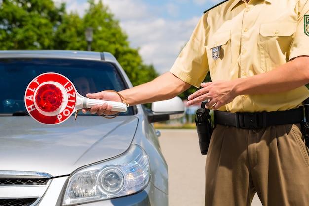 La policía, el policía o el policía detienen el auto Foto Premium