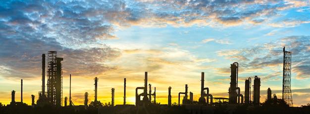 Polígono industrial, fábrica de refinería y tanque de almacenamiento de petróleo, área de planta petroquímica con embellecer el cielo al atardecer Foto Premium