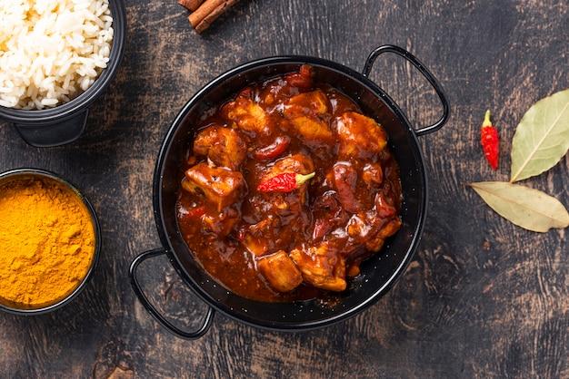 Pollo al curry tikka masala con arroz Foto Premium