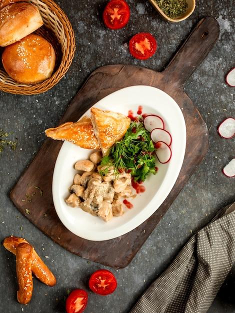 Pollo con champiñones en salsa de crema con pan de hojaldre Foto gratis