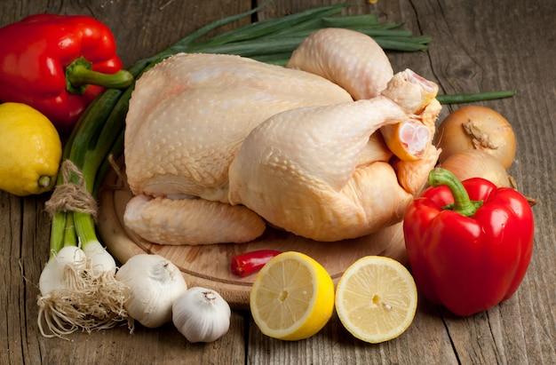 Pollo crudo con vegetales Foto Premium