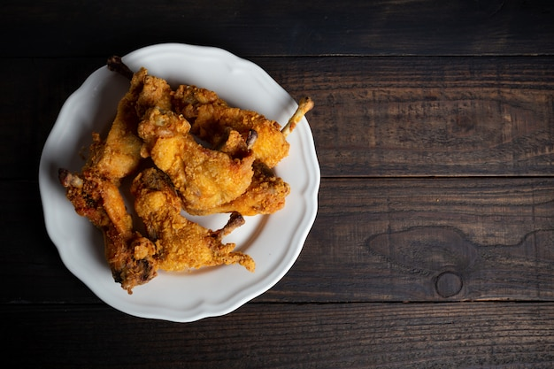 Pollo frito en mesa de madera. Foto gratis