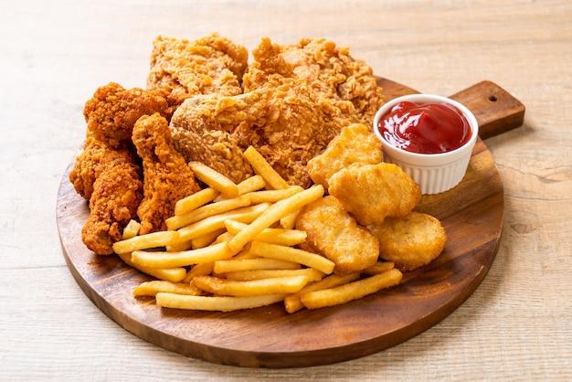 Pollo frito con papas fritas y nuggets de comida Foto Premium