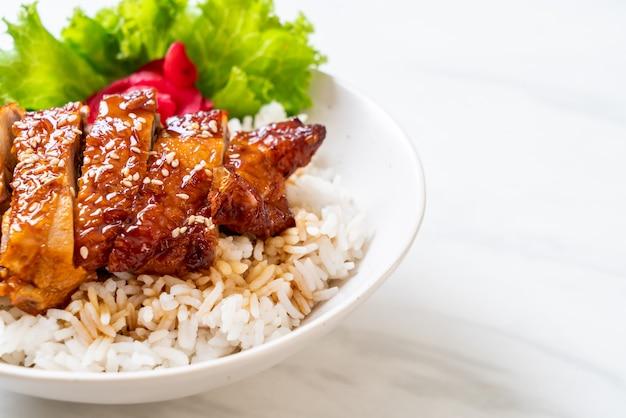 Pollo a la parrilla con salsa teriyaki sobre arroz cubierto Foto Premium