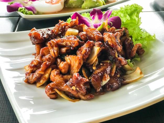 Pollo salteado con anacardos asados Foto Premium
