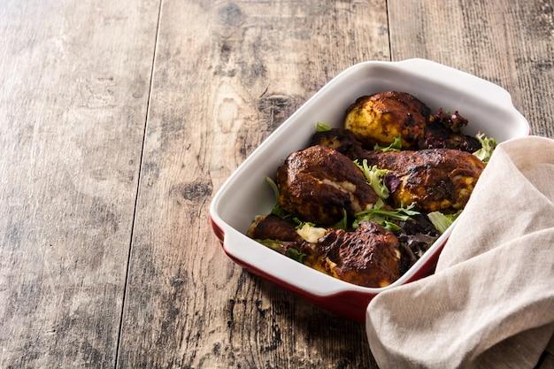 Pollo tandoori asado en la mesa de madera. Foto Premium