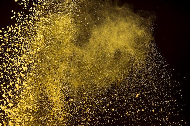 Polvo brillante de polvo de maquillaje sobre fondo oscuro Foto gratis