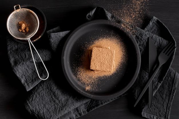 Polvo de chocolate plano y tamiz Foto gratis