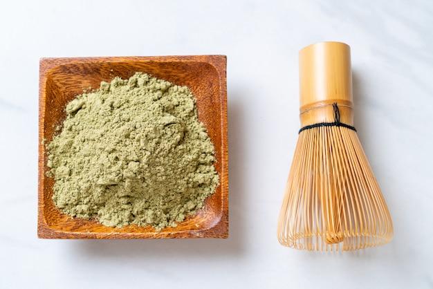 Polvo de té verde matcha con batidor Foto Premium