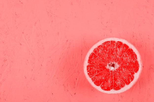 Pomelo fresco a la mitad en el fondo con textura Foto gratis