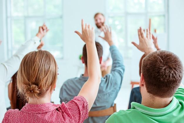 Ponente en la reunión de negocios en la sala de conferencias. Foto gratis