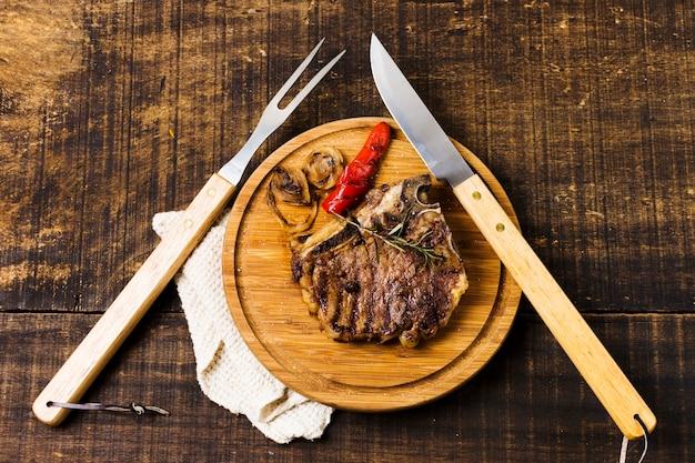 Porción de bistec en mesa rústica Foto gratis