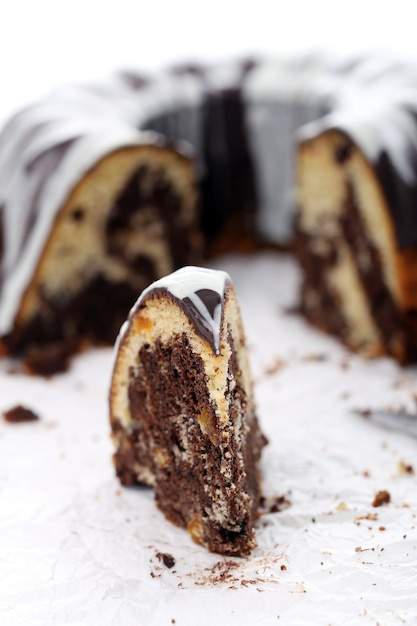 Porción de delicioso pastel con chocolate Foto gratis