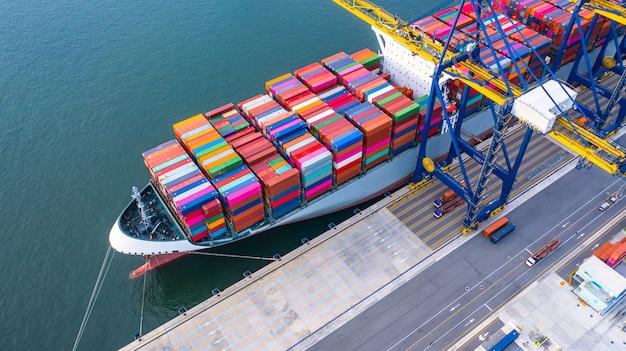 Portacontenedores de carga y descarga en el puerto de aguas profundas Foto Premium