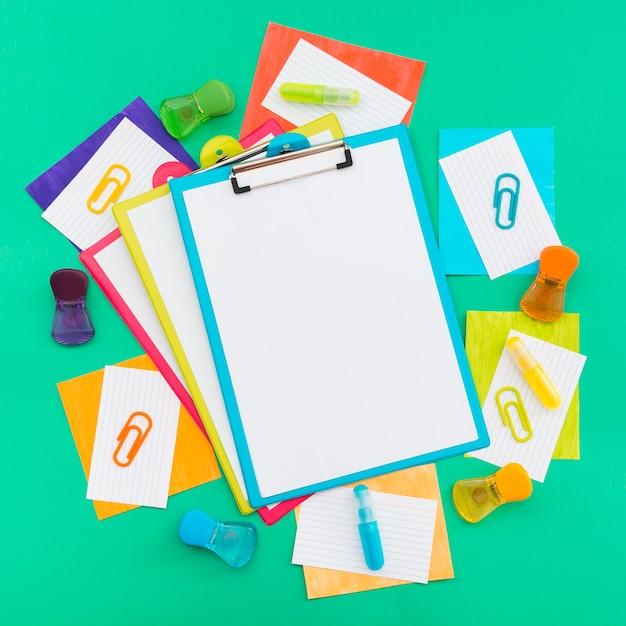 Portapapeles y artículos de papelería del día mundial del orgullo feliz Foto gratis