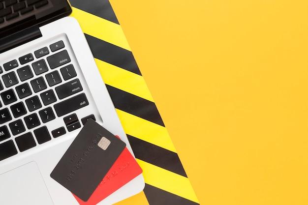 Portátil con vista superior con tarjetas de crédito Foto gratis