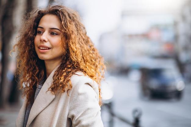 Portrair de una linda mujer con cabello rizado Foto gratis