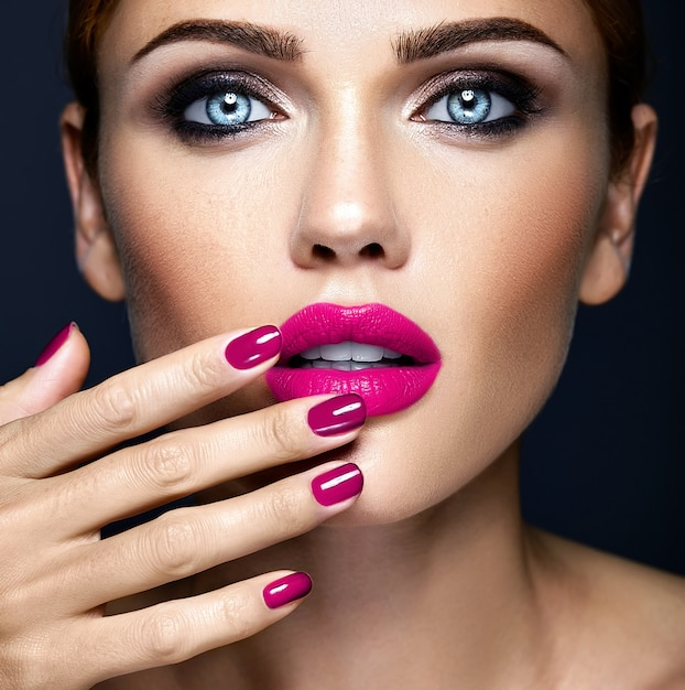 Portrat primer plano de glamour sensual hermosa mujer modelo dama con maquillaje diario fresco Foto gratis
